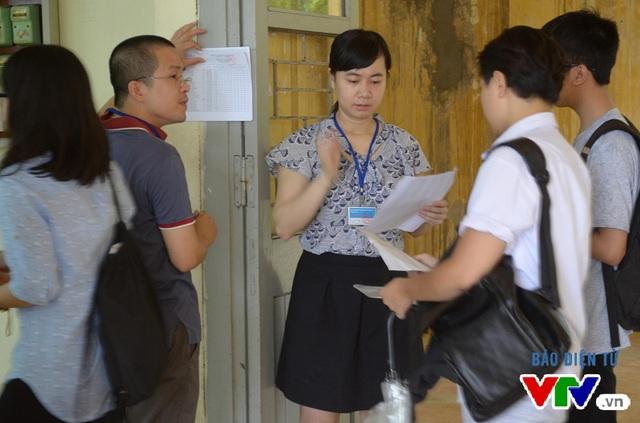 Đúng 8h, các thí sinh tập trung tại trước cửa phòng thi để nhận phòng