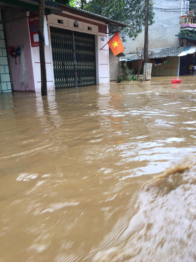 Nhiều hộ dân ở khu vực này đã kịp thời sơ tán, di dời tài sản, đồ đạc lên tầng cao hơn trước khi nước ngập vào nhà. (Ảnh: Nguyễn Ngân)
