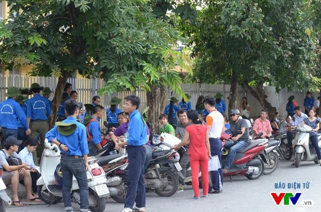 Lực lượng tình nguyện viên có mặt ở khắp mọi nơi để giúp đỡ người nhà thí sinh