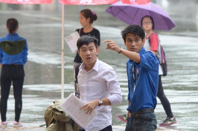 Trong ngày 30/6, dù Hà Nội trời mưa khá nặng hạt nhưng các tình nguyện viên vẫn hỗ trợ cho các thí sinh
