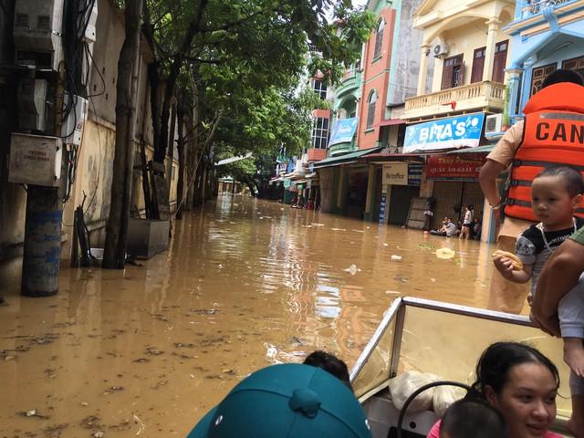 Toàn bộ khu vực đường Thanh Niên thuộc phường Hồng Hà, thành phố Yên Bái đã ngập sâu trong nước từ 50cm đến 70 cm. (Ảnh: Nguyễn Ngân)