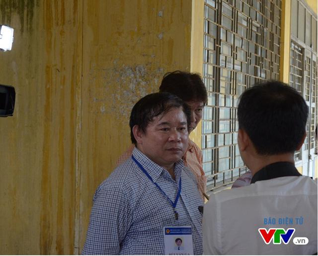 Thứ trưởng Bùi Văn Ga đến kiểm tra và theo dõi quá trình làm thủ tục thi tại điểm thi Đại học Bách khoa Hà Nội