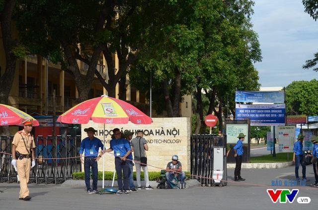 Cổng Đại học Bách khoa Hà Nội năm nay không có tình trạng phụ huynh đứng đợi con tập trung đông đúc