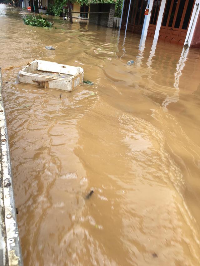 Nước ngập khiến toàn bộ giao thông khu vực đường Thanh Niên thuộc phường Hồng Hà, thành phố Yên Bái bị đình trệ (Ảnh: Nguyễn Ngân)
