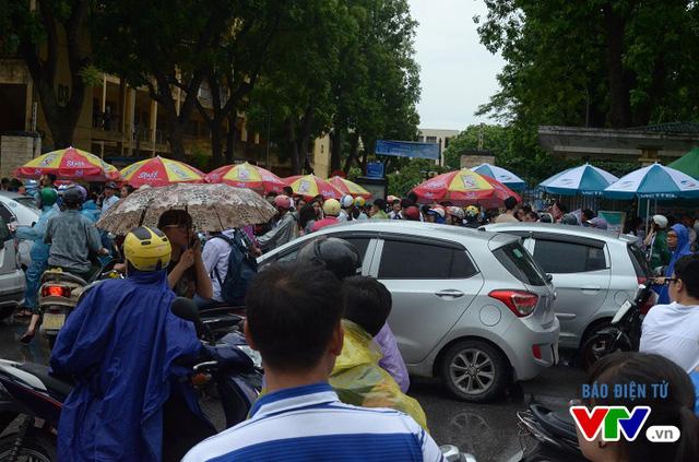 Sáng nay, nhiều phụ huynh đưa đón con kín cổng trường Đại học Bách khoa Hà Nội