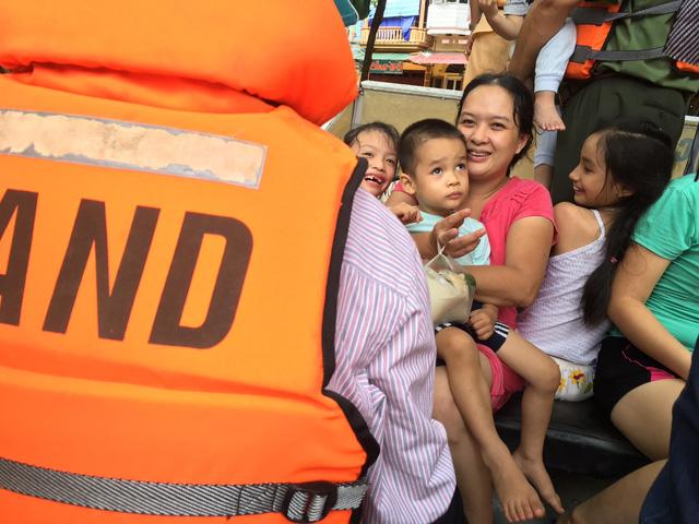 Lực lượng công an đã có mặt kịp thời để giúp người dân di chuyển ra những khự vực an toàn (Ảnh: Nguyễn Ngân)