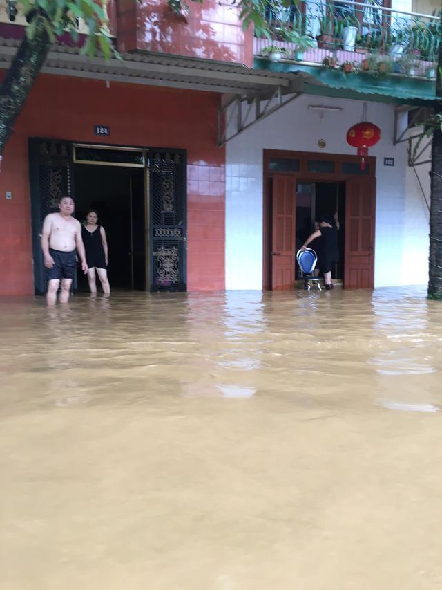 Hiện nhiều nơi tại Yên Bái vẫn đang có mưa, khiến tình trạng ngập lụt càng nặng nề thêm (Ảnh: Nguyễn Ngân)