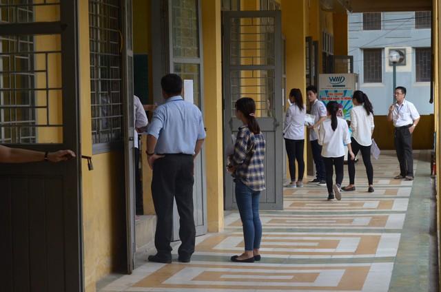 Đúng 7h25, các thí sinh nhận phòng thi và nhận đề