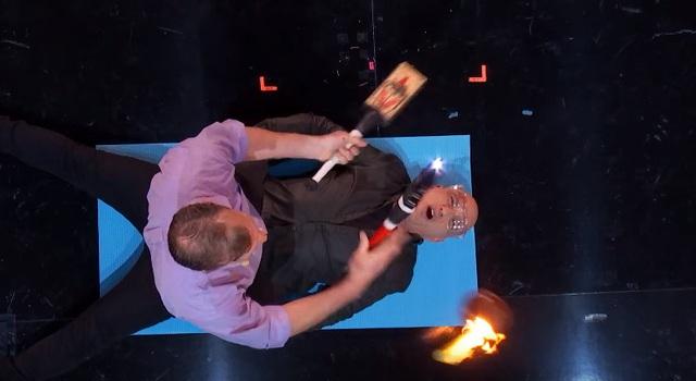 Giám khảo Howie Mandel sợ hãi khi tham gia tiết mục cùng thí sinh.