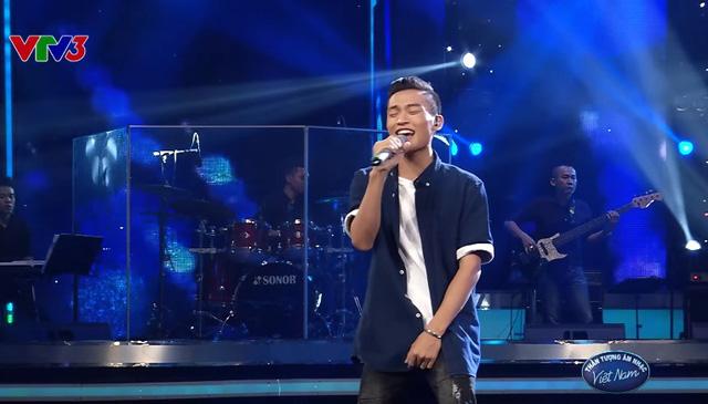 Việt Thắng trình diễn ca khúc Cho nhau nhưng có chỗ quên lời.
