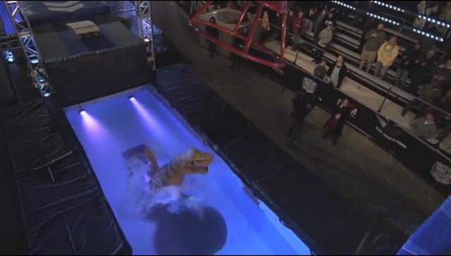 Nhưng đến thử thách thứ 4, với thân hình cồng kềnh cùng đôi tay... ngắn đã khiến T-Rex ngã xuống hồ