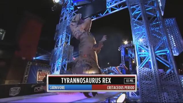 Sự xuất hiện của khủng long T-Rex đã khiến chương trình Sasuke phiên bản Mỹ thêm nóng hơn