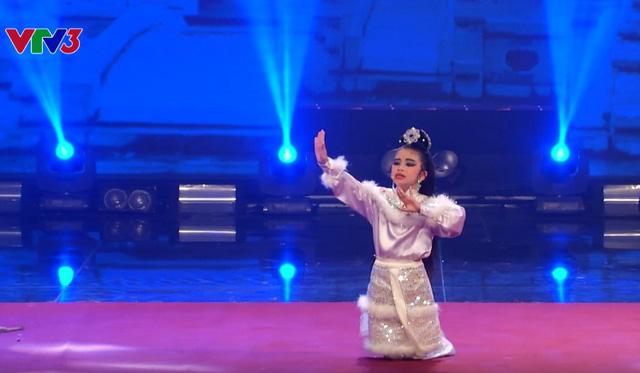 Cô bé Hương Giang lần đầu trổ tài trình diễn tuồng trên sân khấu.