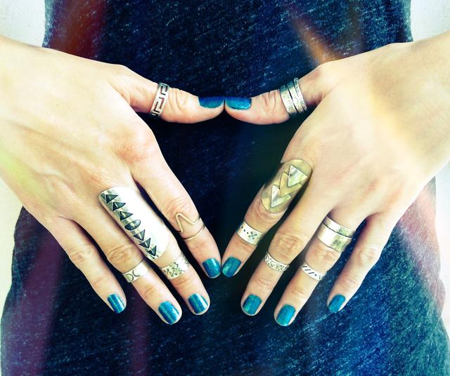 Những chiếc nhẫn layered cũng không thể thiếu để tạo thêm điểm nhấn cho phong cách cá tính của bạn trong mùa Hè.