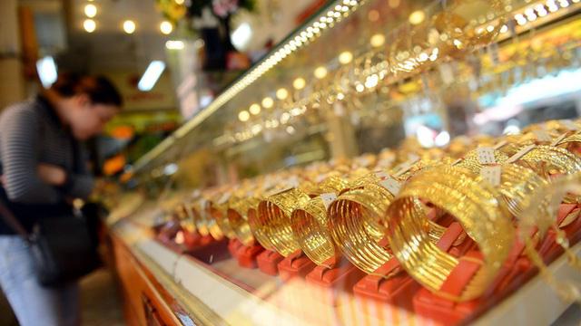 Giá vàng giảm song vẫn ở mức tương đối cao