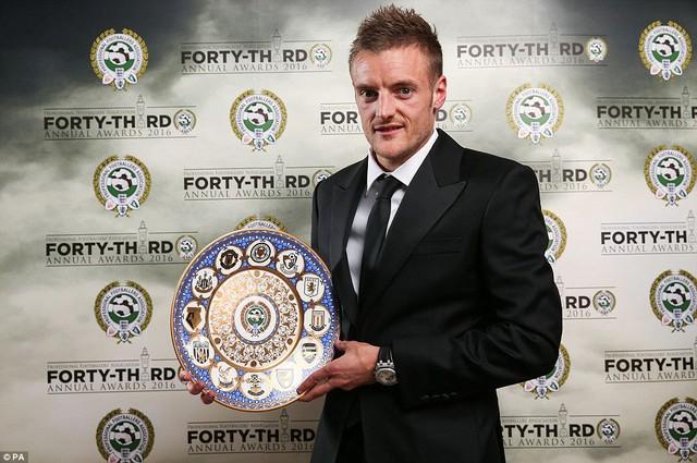 Vardy chính thức nhận kỷ niệm chương sau khi lập kỷ lục ghi bàn trong 11 trận liên tiếp ở EPL.
