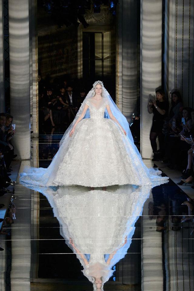Thương hiệu Zuhair Murad chọn cách kết thúc show bằng một mẫu váy cưới lộng lẫy.