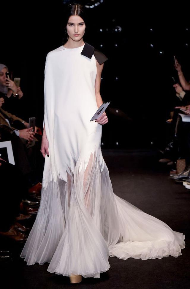 Stéphane Rolland kết hợp hai chất liệu - silk và vải tuyn - tạo nên những bộ đầm mềm mại, quyến rũ.