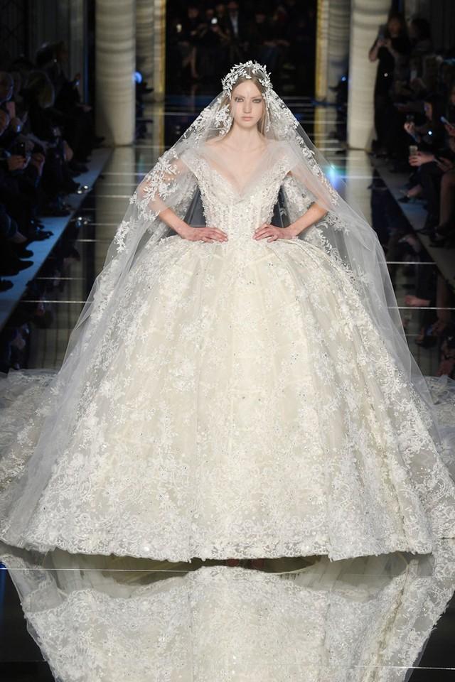 Mẫu váy cưới ren, thêu hoa cầu kỳ của nhà thiết kế Lebanon.