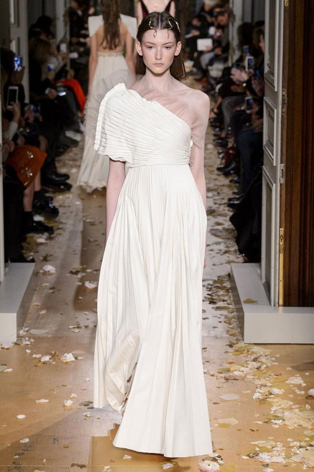 Nếu bạn yêu thích những thiết kế có nếp gấp, đừng bỏ qua bộ sưu tập mới nhất từ Valentino.