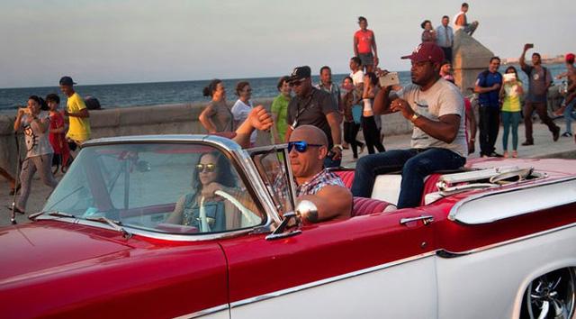 Vin Diesel trên chiếc xe đặc trưng của Cuba