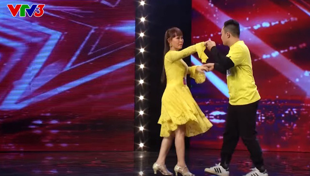 Mẹ con thí sinh Chu Văn Huân thể hiện màn khiêu vũ