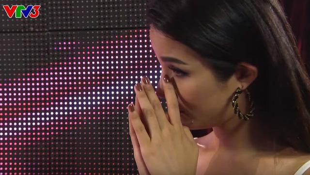 MC Diệp Lâm Anh cũng rơi nước mắt bên cánh gà
