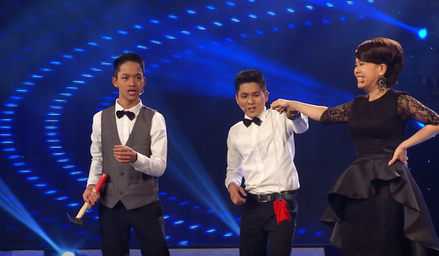 Việt Hương tham gia hỗ trợ cho tiết mục của Bùi Văn Lam - Bùi Văn Đức Lợi ở đêm bán kết đầu tiên.