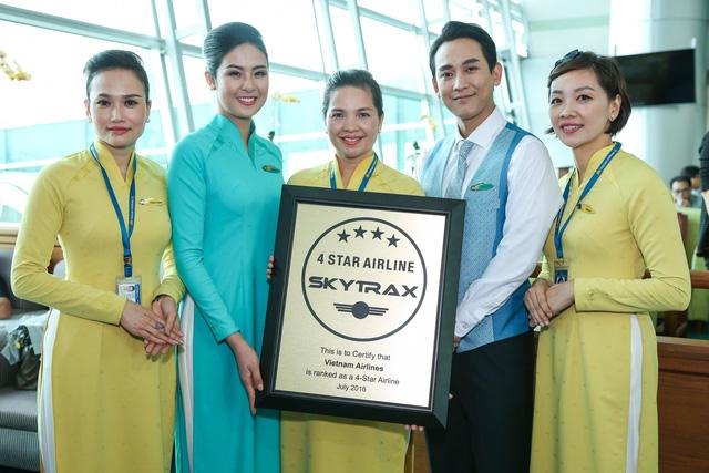 Hoa hậu Ngọc Hân, DV Hứa Vĩ Văn và phi hành đoàn chụp ảnh cùng chứng chỉ 4 sao