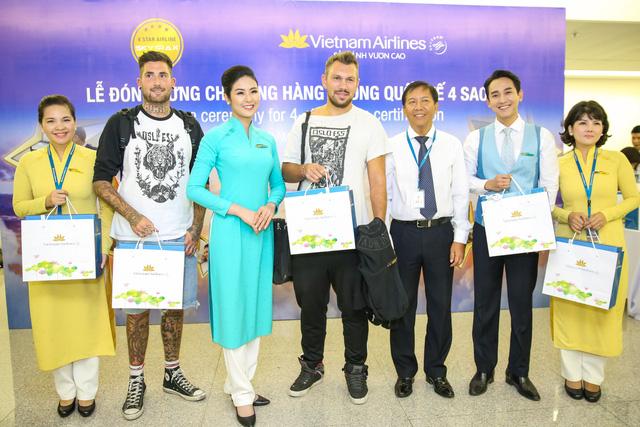 Hoa hậu Ngọc Hân và diễn viên Hứa Vĩ Văn tặng quà cho hành khách trên chuyến bay đặc biệt