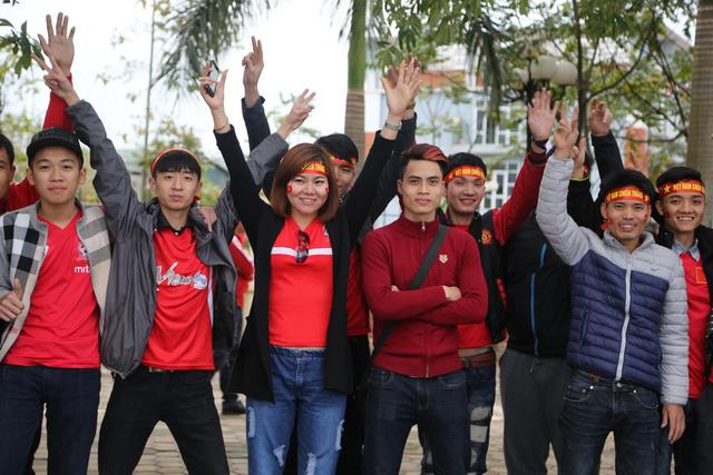 Các thành viên Hội CĐV Hải Phòng đến sân từ sớm để cổ vũ cho ĐT Việt Nam
