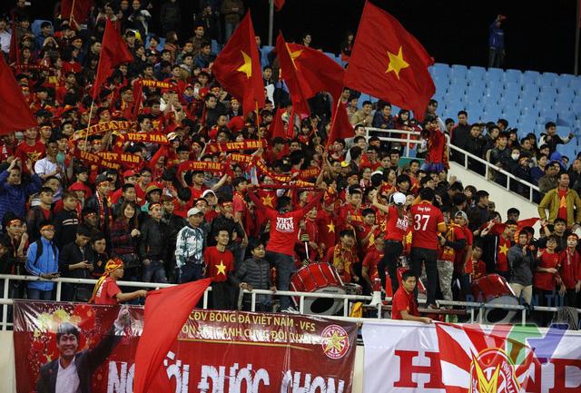 Niềm vui của các CĐV Việt Nam sau thắng lợi 4-1 của ĐT Việt Nam. Họ đã căng tấm băng rôn Người được chọn để dành cho HLV Hữu Thắng