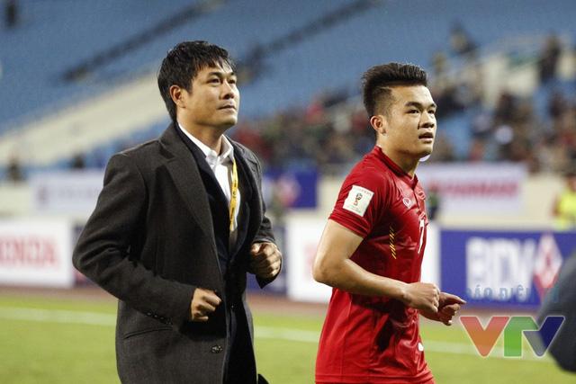 Sau trận đấu, HLV Hữu Thắng cùng các học trò đã tới các khán đài để tri ân các CĐV