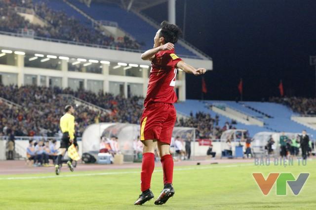 Trước khi hiệp 1 khép lại, Văn Toàn một lần nữa xé lưới đối phương. Anh đã có pha nhảy lên ăn mừng đầy cảm xúc khi lập 1 cú đúp trong lần đầu khoác áo đội tuyển
