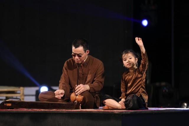 Cô bé Võ Hương Giang tập luyện tiết mục hát xẩm Mục hạ vô nhân cùng nghệ sĩ hỗ trợ em cho đêm bán kết 2.