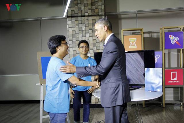 Trước buổi nói chuyện với các doanh nghiệp, Tổng thống Obama đã đến nơi trưng bày các sản phẩm được sáng tạo bởi các nhà doanh nghiệp trẻ Việt Nam