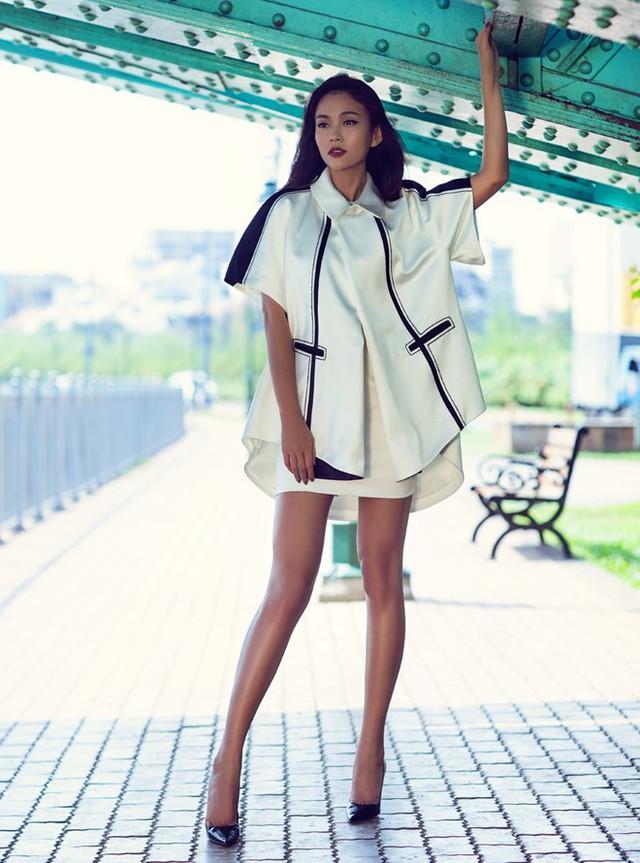 Quán quân Vietnams Next Top Model 2014 trong bộ suits tông trắng, đường sọc đen tạo điểm nhấn thú vị.