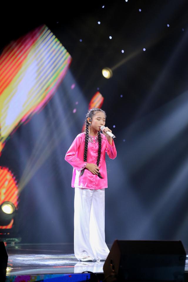Vừa cất lên câu hát đầu tiên của nhạc phẩm Dạ cổ Hoài Lang, cô bé hát dân ca Vũ Đàm Thùy Dung đã được các vị HLV bấm nút chọn với sự phấn khích cao độ.