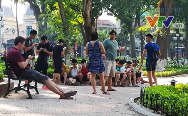 Không chỉ người chơi Việt Nam mà một số người nước ngoài tại Việt Nam cũng hòa vào dòng người săn Pokémon tại các điểm PokéStop.