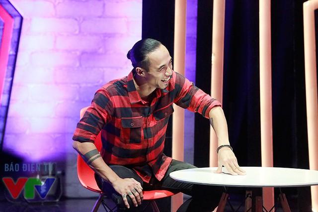 Phạm Anh Khoa tỏ ra vô cùng thoải mái trong cuộc trò chuyện tại Muôn màu Showbiz.