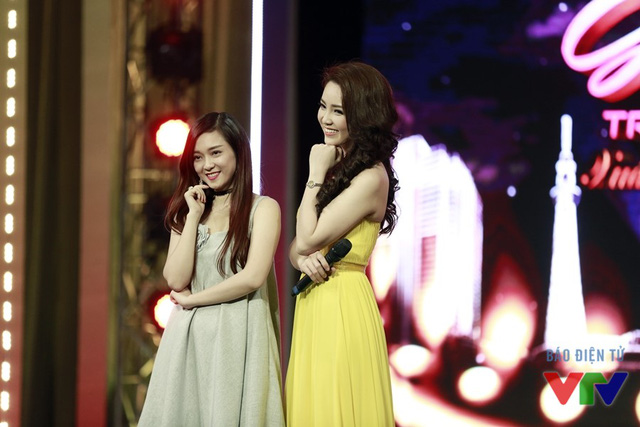 Ca sĩ Đinh Hương và MC Thụy Vân tạo dáng chụp ảnh cùng nhau.