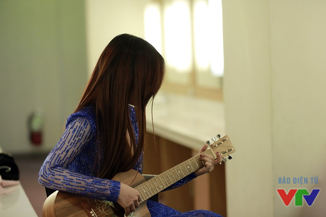 Đinh Hương trong phòng trang điểm. Trong lúc chờ ghi hình, nữ ca sĩ còn tự đệm đàn và hát ca khúc Loving You