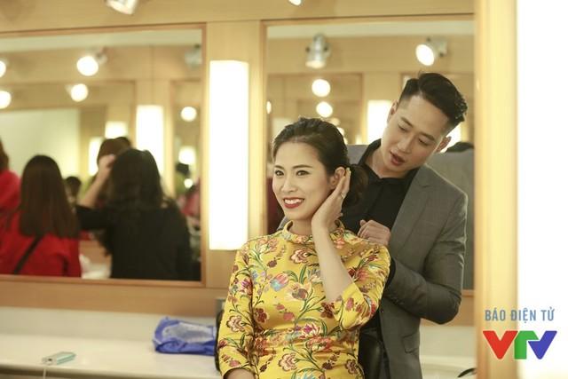 Diễn viên Quỳnh Hoa còn có cả anh chồng Danh (diễn viên Mạnh Hưng) chỉnh sửa lại tóc trước khi lên hình