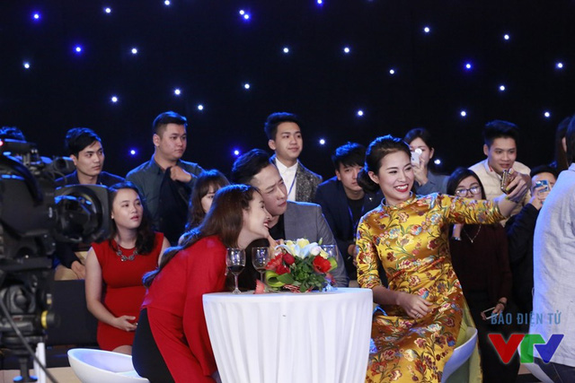 Các diễn viên chụp ảnh selfie cùng nhau