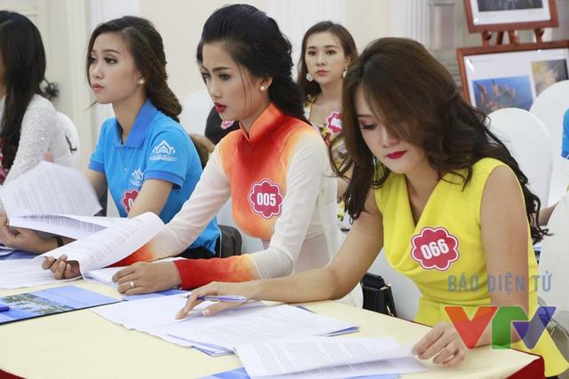 Các thí sinh chuẩn bị trước giờ thi