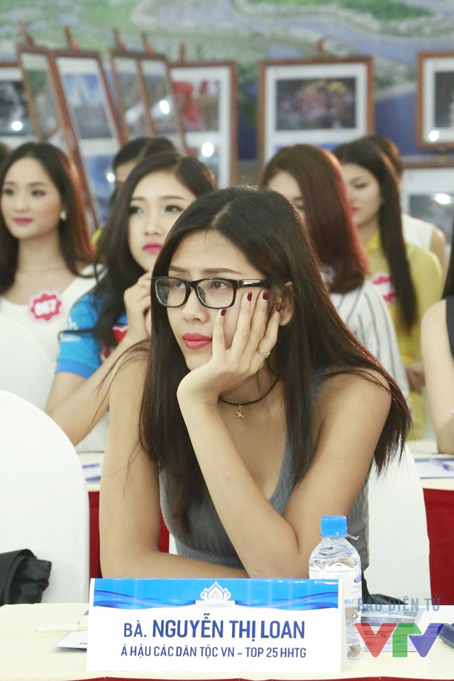 Á hậu các dân tộc Việt Nam Nguyễn Thị Loan theo dõi phần thi của các thí sinh