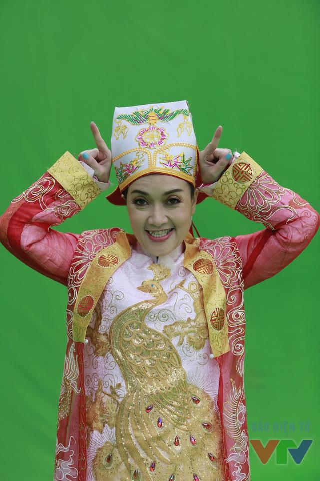 Khác với vẻ chanh chua trên sân khấu, ngoài đời, Vân Dung rất dễ thương và tinh nghịch.
