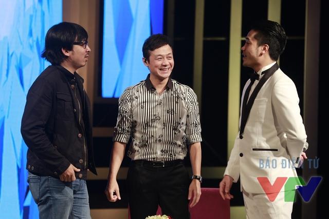 MC Anh Tuấn, Đinh Tiến Dũng và ca sĩ Tuấn Hiệp trò chuyện bên buổi ghi hình.