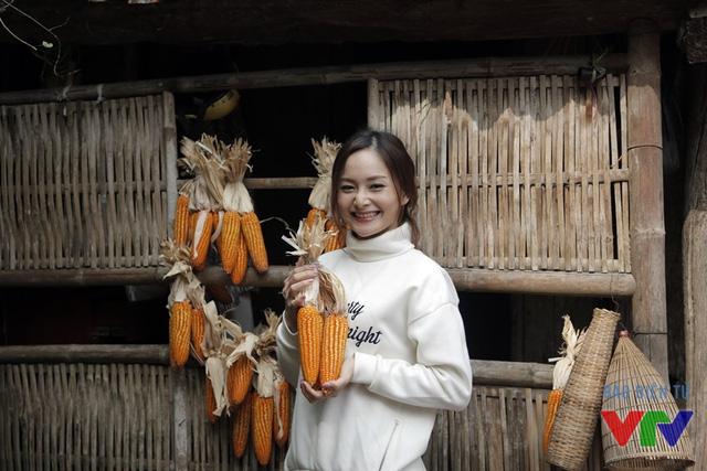 Lan Phương thích thú vì lần đầu được về làng cổ Đường Lâm
