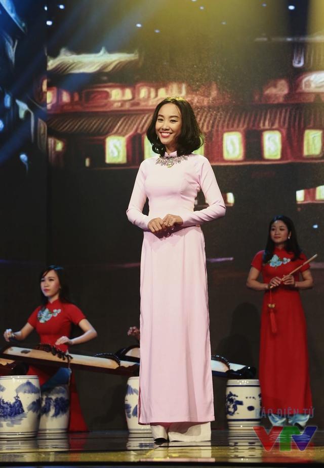 Với Đoan Trang, phong cách năng động, khỏe khoắn luôn là ưu tiên hàng đầu khi lựa chọn trang phục. Tuy nhiên, trong chương trình lần này, nữ ca sĩ đã xuất hiện với bộ áo dài hồng dịu dàng.